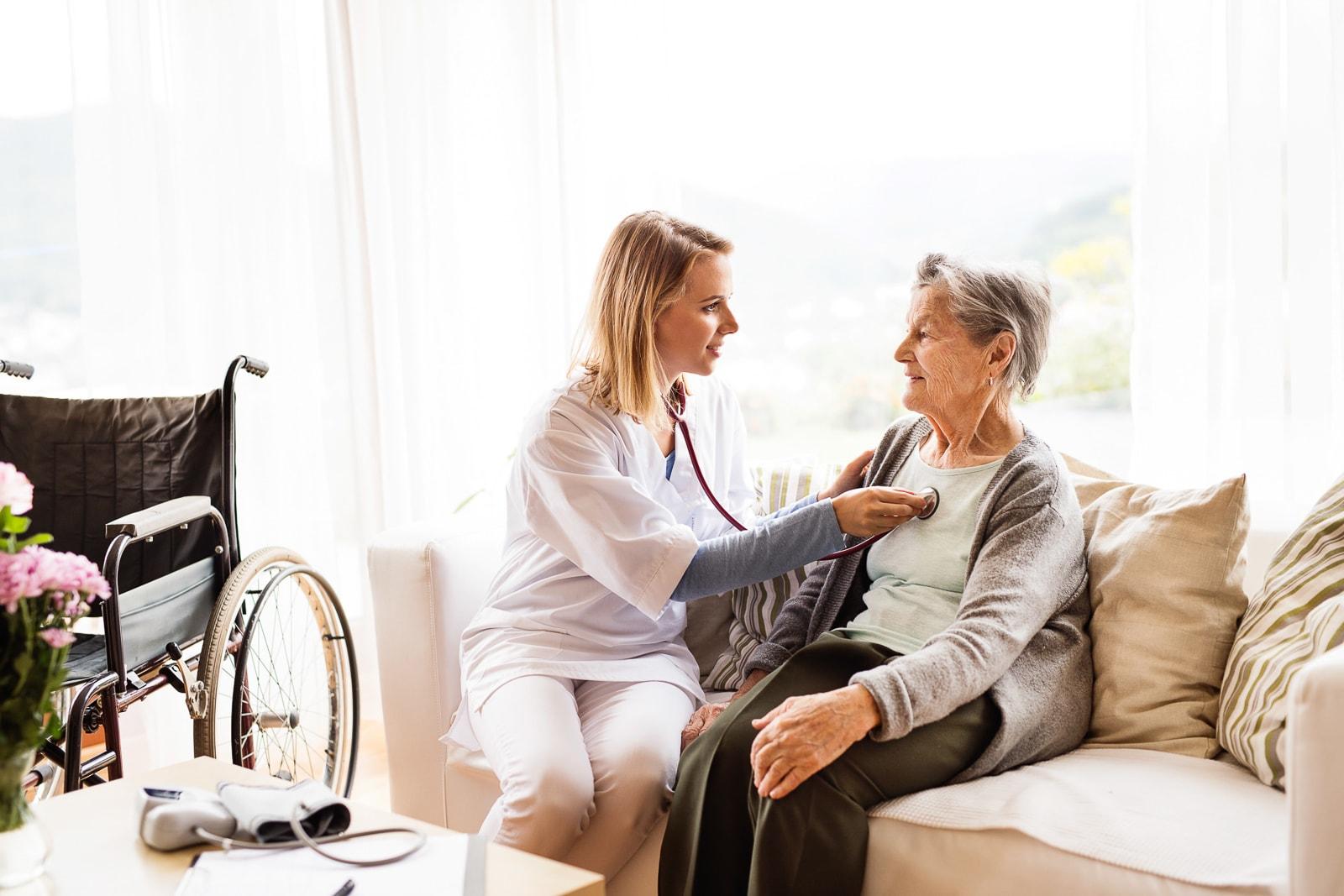 Altenpfleger/in betreut ältere Menschen