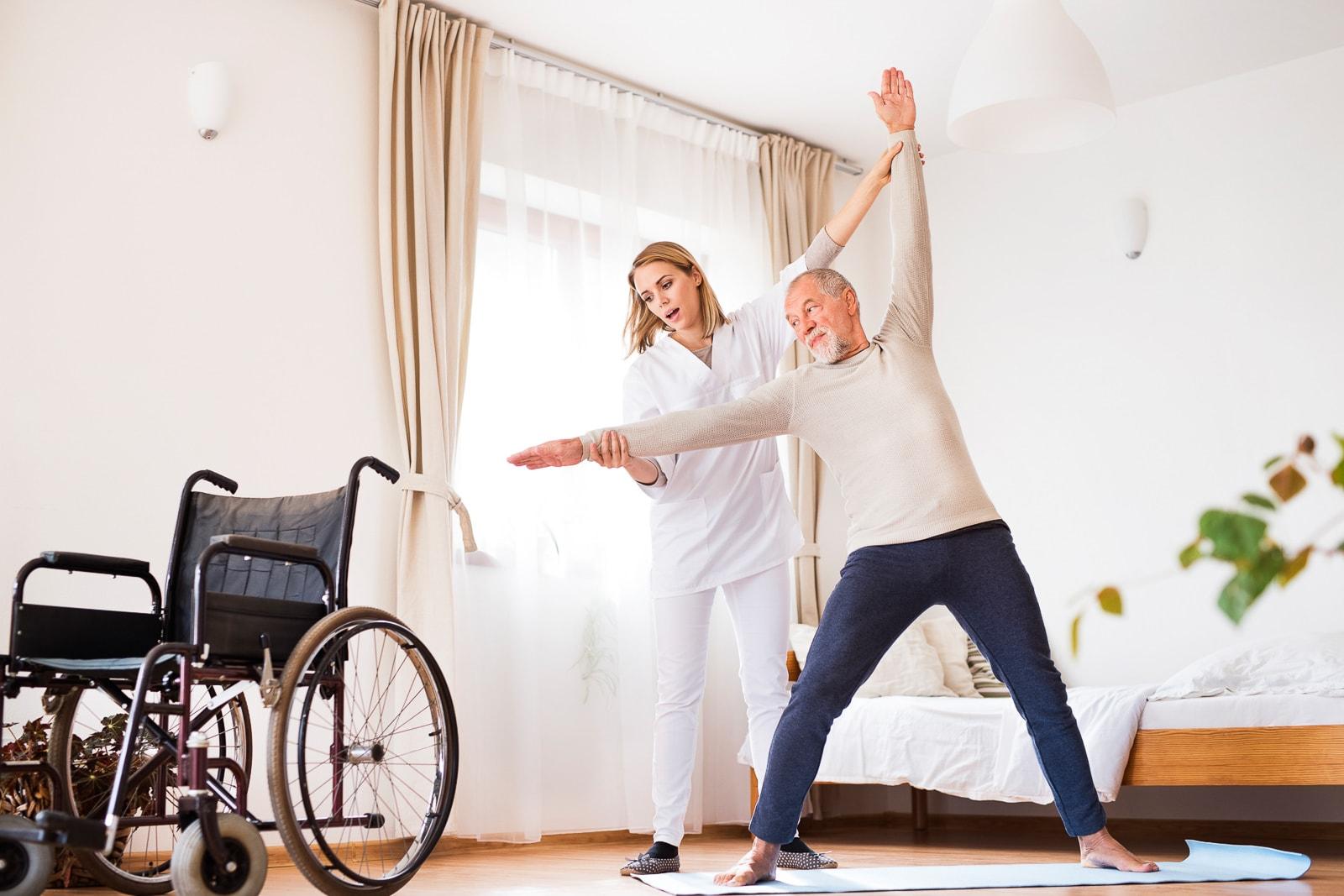 Altenpfleger/in führt therapeutische Maßnahmen durch