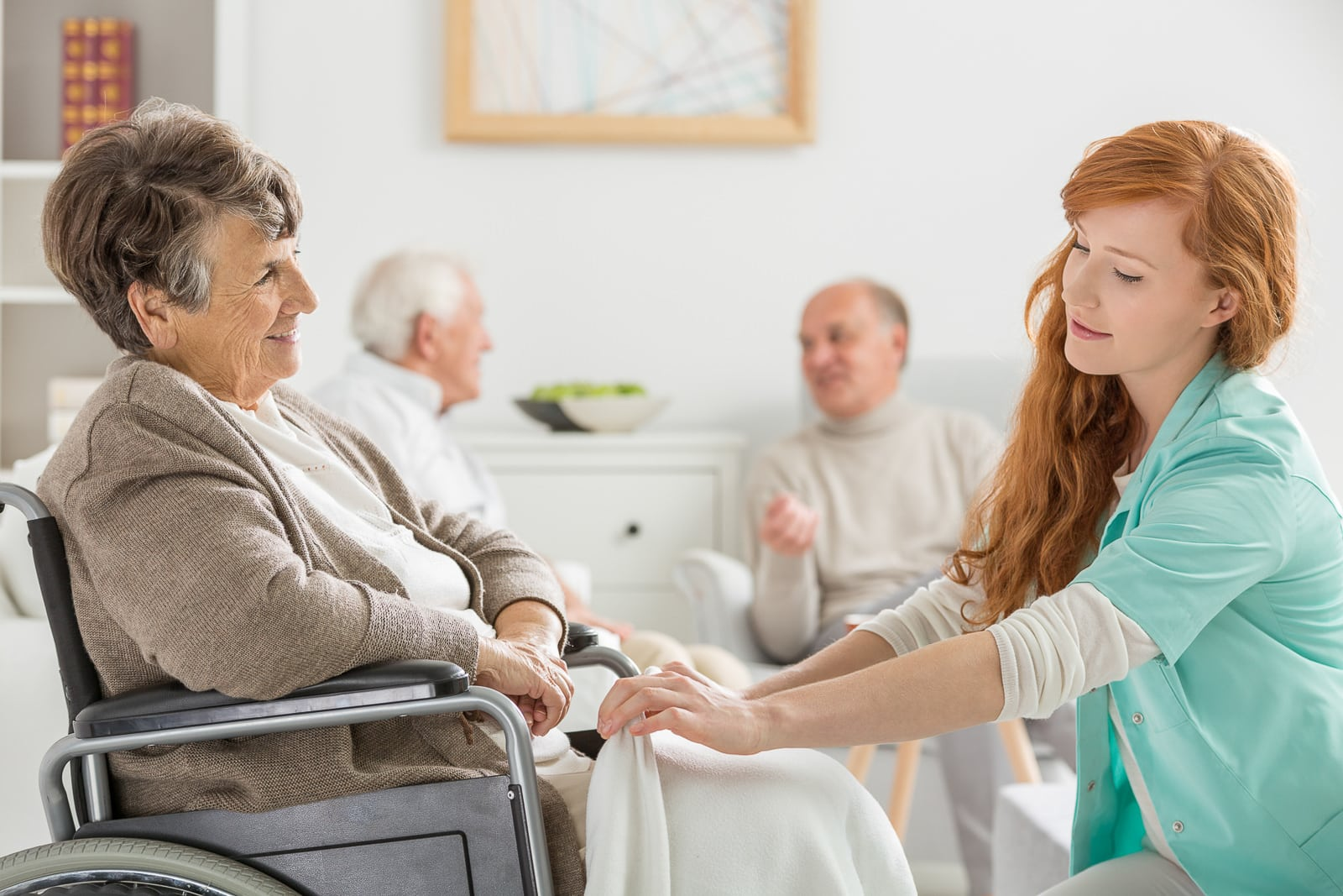 Altenpfleger/in hilft bei selbstständiger Lebensführung